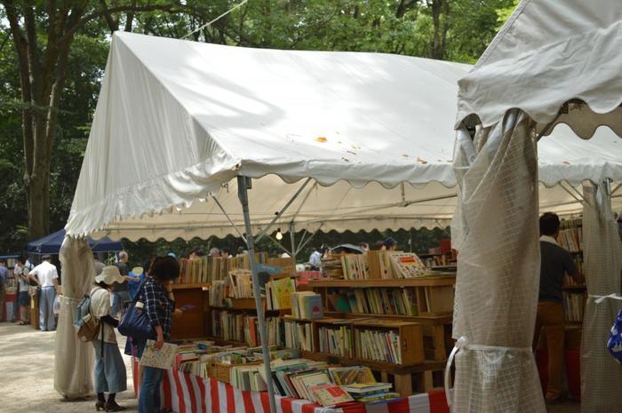 森見登美彦さんの小説『四畳半神話大系』にも登場する京都の真夏の風物詩が、この下鴨納涼古本まつり。京都らしいじっとりとした夏の暑さ、ディープな雰囲気など京都を堪能するにはオススメのイベントかも。  かき氷や冷やしぶっかけうどん、ビールやジュースを売ってくれる喫茶コーナーもあるので、本探しに夢中になって疲れたら休息をとることも忘れずに!