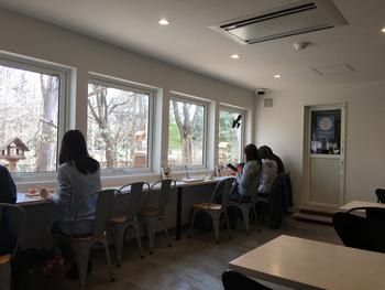 こちらは北海道にある、バードウォッチングをテーマにしたカフェ。バードフィーダーに集まる小鳥やリスなどを店内から眺められるほか、外には撮影小屋があり、手軽に本格的な野鳥撮影体験ができます。こんな場所が身近にあれば、鳥を見つけるコツや撮影の仕方なども早く身につきそうです。