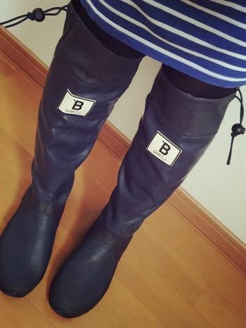 山林や川辺などを歩くには長靴があると便利です。「日本野鳥の会」オリジナルの長靴は、クルクルと丸めて持って歩ける手軽さとおしゃれなデザインで人気。ガーデニングやキャンプ、街中でのレインブーツになど、いろいろな場面で使えますよ。