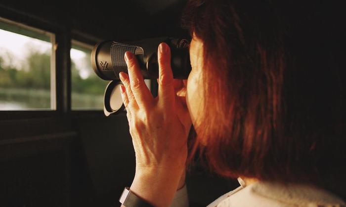 鳥は近くに寄ると逃げてしまうので、遠くから観察するには双眼鏡があると便利です。倍率は8倍〜10倍くらいが適していると言われます。レンズ経の大きいもの視野が明るく見やすいですが、持ち歩く際の負担も考えてベストな大きさを選びましょう。また、屋外で使うことが多いので、防水・防滴仕様のものが安心です。