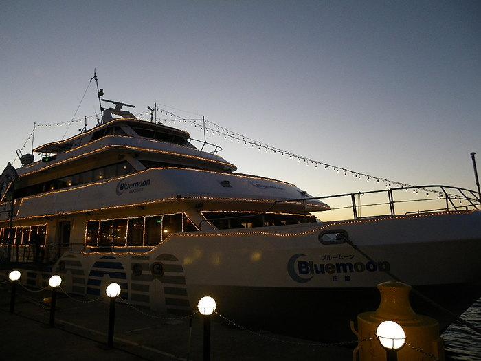 ベイエリアでは、ちょっと贅沢に遊覧船でのクルージングを楽しむのも素敵です。カフェクルーズは函館のビュースポットを船上から楽しむ30分程度のクルージング。最終便のナイトクルーズはゆったり60分楽しめます。