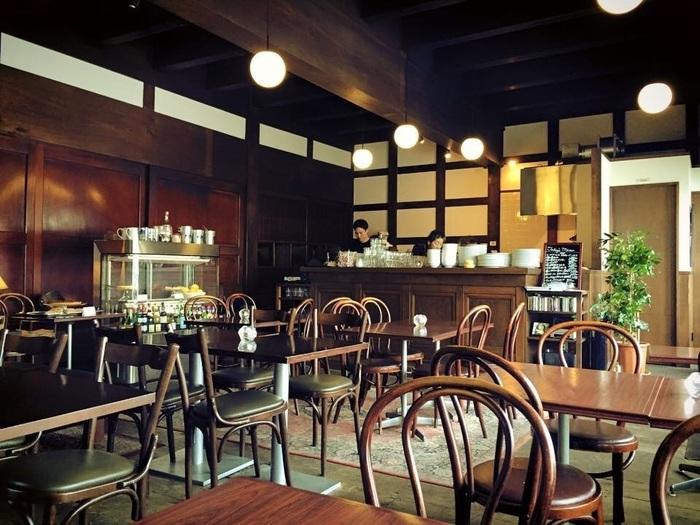 和洋折衷の歴史的建築が数多く建つ函館。中でもどっしりと重厚な雰囲気の中で食事を楽しめるのが、北海道函館の元町地区にある国重要文化財【太刀川家住宅店舗】を利用した「TACHIKAWA CAFE」。ランチやカフェメニューなど気軽に利用できるメニューが揃っているのも嬉しいところです。