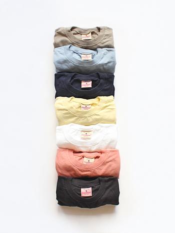 シンプルで、何かと着回しの効く半袖Tシャツは一枚持っているととっても便利。しっかりとしたコットン地なので一枚で着ても◎