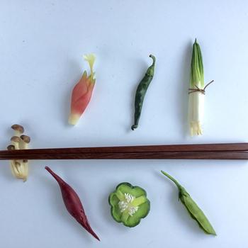 とってもリアルだけれど、ものすごくミニサイズ。樹脂粘土で作られている野菜の箸置きセットです。本物そっくりの繊細な曲線美にうっとりしてしまいます。