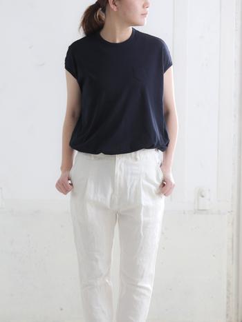身幅はゆったりですが、袖がタイトなデザインですね。