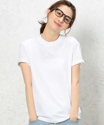 太めのリブのベーシックなクルーネック白Tシャツ。肩幅を目安に、ゆるすぎずキツすぎず、着丈もちょうど良いジャストサイズでの着こなしがおすすめです。