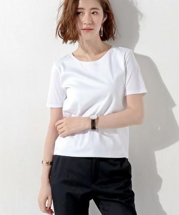 ネックラインが程よく開いて肩幅と身幅が狭いタイプは、女性らしいラインを作ります。ジャケットのインナーにもぴったり。