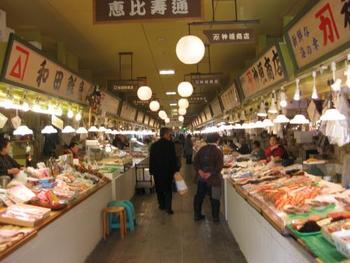 プロの料理人も仕入れに来店する地元の市場が、昭和20年誕生の「はこだて自由市場」。新鮮なお刺身をその場でお造りにしてもらって、店内のフードコートで食べるのもOK。干物などの加工品は地方発送もできるので、おいしい北海道の魚をお土産にいかがでしょう?