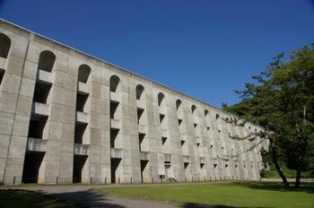要塞のように端正な外観は、ダムだけでも訪れる価値があります。日本初、また現在日本に六基しか現存していないバットレスダムとして史跡価値が高く、土木学会選奨土木遺産に指定されています。