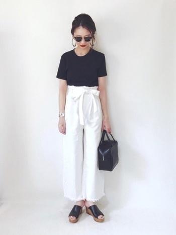 タイトな黒のクルーネックTシャツをハイウエストの白のワイドパンツと合わせて。黒の面積を少なくし明るく見せた爽やかモノトーンコーデ。