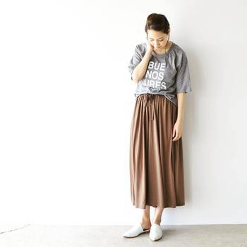 ロングスカートにゆったりしたTシャツの裾を部分的にタックイン。白のバブーシュサンダルを合わせて爽やかな抜け感を出しています。