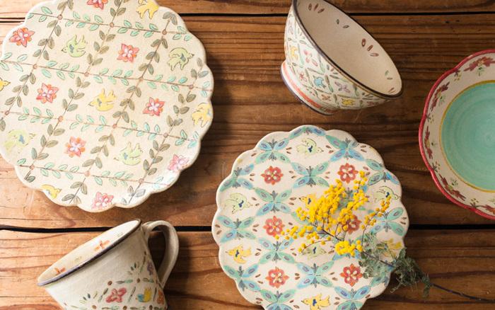 """2017年4月の企画展は、愛知県瀬戸市で作陶を続ける増山文(ますやまあや)さんにスポットを当てました。くすみのあるパステルカラーが""""ノスタルジック""""とも評される増山さんのうつわたちが並びました。"""