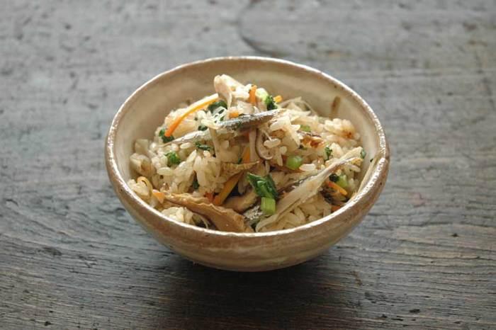写真は、根菜たっぷりの五目炊き込みご飯。上品な味わいの水出し煮干しだしを使い、だしがらの煮干しもいっしょに炊き込んでいます。