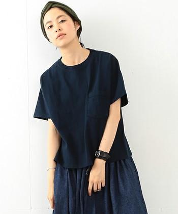 コンパクト丈のゆったりTシャツは、ボリュームのあるスカートと合わせてもちょうど良いバランスに。ネイビーで統一して大人っぽく。