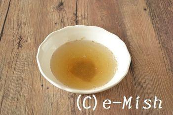 昆布と干し椎茸を一晩水に浸けたものに、煮干し粉をプラス。それぞれのうまみの相乗効果で、本格的なだしができます。煮干し粉なら、煮干し風味を足したいときにサッと加えることができて便利ですね。