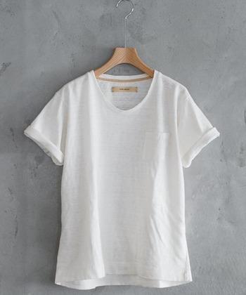 夏のワードローブに欠かせない定番のクルーネックTシャツですが、自分の体に本当にフィットするものを見つけるのは意外と難しいもの。それだけに自分にぴったりのものを見つけた時の嬉しさはひとしおですよね。今回の記事を参考に、ベストな一枚を見つけて夏コーデに磨きをかけましょう。