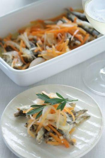 あっさり風味の白口煮干しを使ったマリネ。煮干しを水で戻してカリッと揚げ、香味野菜とともにマリネ液に漬け込みます。いわしのマリネとはまた違った、洋風にも和風にもなるアイデアマリネです。