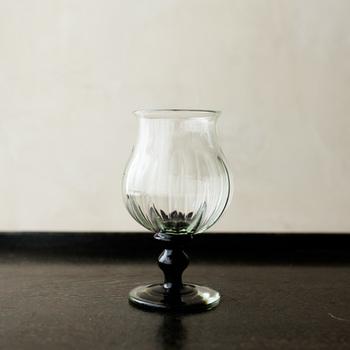 アルコールや調味料の瓶をアップサイクルする「翁再生硝子工房」(大阪市交野市)のワイングラス。