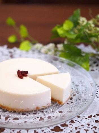 豆乳を使ったヘルシーなレアチーズケーキ。材料を混ぜたら、冷蔵庫で固めるだけなので簡単に作れますよ。