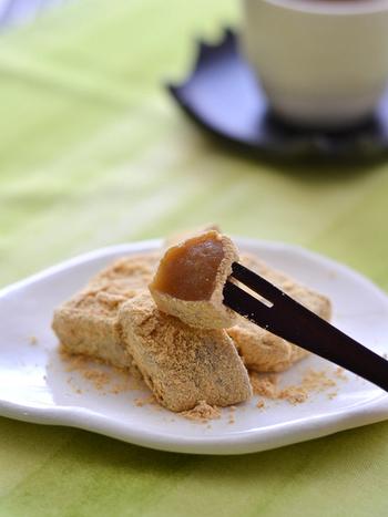 ちょっと手に入れにくいわらびもち粉をゼラチンと白玉粉で代用したレシピ。もちもちしたわらびもちが、買いやすい材料で作れるのは嬉しいですね。