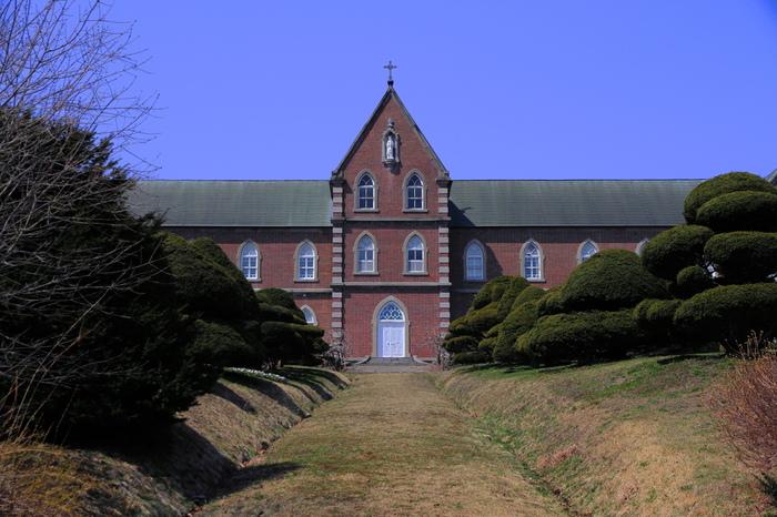 こちらが、そのバターを作っているトラピスト修道院です。北海道北斗市にある修道院です。予約をすれば館内を見学することも可能ですし、バター飴などのおみやげを購入することもできます。  注意してほしいのは、こちらの修道院は男性のみが修行をしている男子修道院です。そのため女性が入館することはできませんのでご注意を!