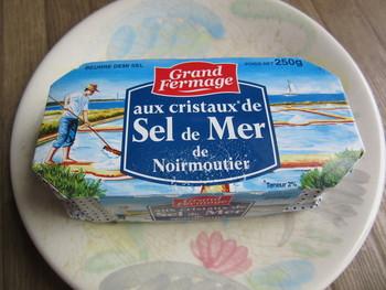 """こちらのバターには、ミネラルたっぷりの""""Fleur de sel(フルール・ド・セル)""""と呼ばれる塩の花が含まれています。 味はまるでチーズの様に濃厚で芳醇なもの。トーストしたパンに塗るだけでなく、ワインのお供に召し上がる方も居るんだとか…とっておきの日に召し上がって欲しい一品です。"""