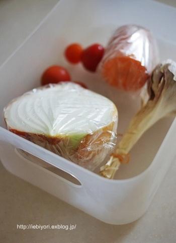 冷蔵庫を整理してみると奥から干からびた野菜が……なんていう経験はありませんか? ちょっと残った野菜も最後まで使いたいですよね。  残り野菜たちは目のつきやすい場所にまとめておく習慣をつけましょう。そして週に1回など日を決めて、「残り野菜を使う日」に。自然と献立も決まりますし、無駄も防ぐことができて一石二鳥です。