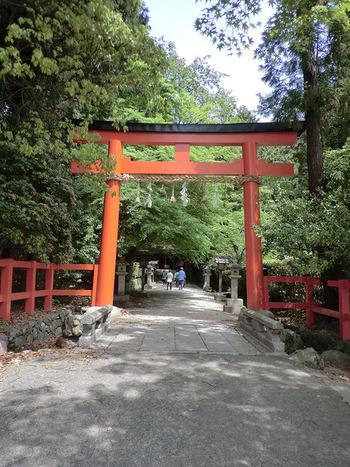 その起源は上賀茂神社よりもさらに遡ると言われています。御祭神として「天鈿女命(あめのうずめ)」が祀られています。