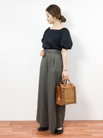 こちらはありそうでなかったスクエア型。サイドのスタッズがちょっと辛口な大人可愛いバッグです♪普段はナチュラル感のあるかごバッグですが、たまにはこんなデザインのバッグも素敵です。
