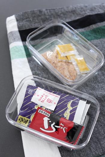 市販のお寿司などについている醤油やわさび、納豆のからしなどはついつい溜めがち。 でも、結局使うことなく捨てることも多いですよね。細々したものは、まとめて冷蔵庫に収納しょう。  透明の小さな保存容器にまとめておくのがおすすめ。これなら迷子にならず、使いたいときにさっと取り出せます。