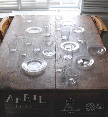 「澤田和香奈 ガラス展」は2017年4月に開催されていた個展です。吹きガラスにサンドグラストやエナメル彩をほどこして、繊細なうつわを作られています。
