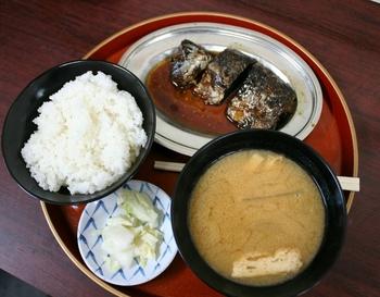 人気の「鯖煮定食」は、鯖煮と味噌汁、香の物とご飯がセットになったシンプルな定食です。鯖は大ぶりで艶よく煮上げられ、箸を入れるとホロリと崩れる柔らかさ。脂もしっかりのっているので、ご飯がスルスルと進みます。鯖煮好きなら一度は味わいたい絶品定食です。
