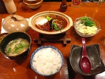 人気は「銀シャリ御膳」。煮込みハンバーグや海老フライ等の主菜に、本日の一品、銀シャリ釜飯、豚汁、香の物、珈琲、デザートが付いています。銀シャリは2膳分とたっぷり。豚汁は京都ならではの白味噌仕立てです。お腹も舌も満足の御膳です。