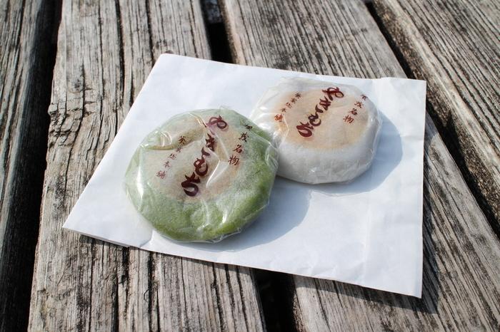 """「上賀茂神社」の門前名物といえば""""やきもち""""。2軒の老舗店が作っています。「葵家やきもち総本舗」は、上賀茂神社正面。  北海道十勝産の大粒の小豆を、羽二重餅で包んだ「やきもち」は、白餅とよもぎ餅の2種類。上品な甘さと柔らかな餅の食感が人気です。"""