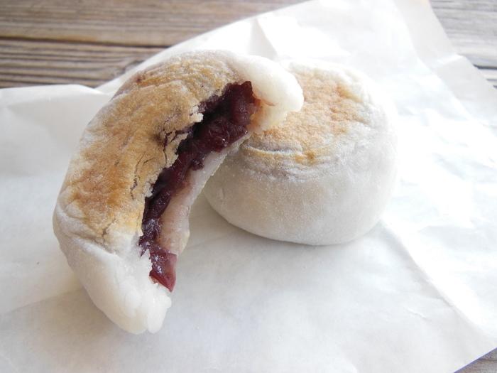 「神馬堂」の焼き餅は、「上賀茂神社」の神紋の双葉葵にちなんで「葵餅」と名付けられています。葵餅は、創業当時と変わらぬ製法で作られ、大粒の小豆餡がたっぷりと柔らかな餅の中に入っています。