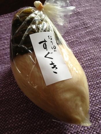 """酸味溢れる「すぐき漬け」は、300年の歴史をもつ京都食文化の奥深さを伝える漬物です。店内には、「すぐき漬け」の他に、しば漬けの「味しば」や「千枚漬け」、すぐき漬けを刻んだ「きざみすぐき」等様々な漬物が並んでいます。""""ぶぶ漬け""""好きにはたまらないお店です。"""