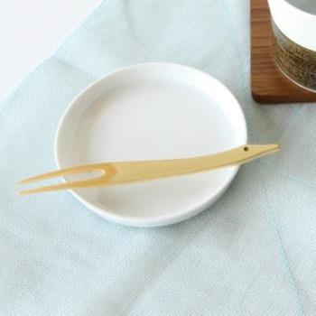 表面は白竹の表皮をそのまま活かしているので、使い込むほどに艶が出て、深みのある色に変化していきます。