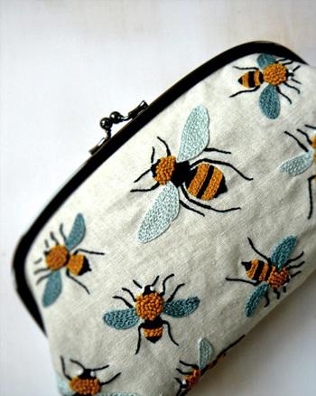 大胆に蜂を配置したがま口ポーチ。リアルな雰囲気の脚や羽の様子はまるで昆虫図鑑を眺めているようです。