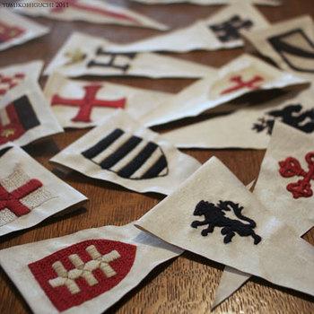 中世ヨーロッパのお城にかかっているような紋章は、ひとつひとつがゴージャスな雰囲気です。三角のペナントにしておけば、いろいろな使い方ができそうです。