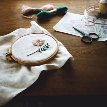 刺繍枠やはさみなど使われている道具も趣があり、作品を仕上げる途中までもがインテリアになってしまいそうですね。