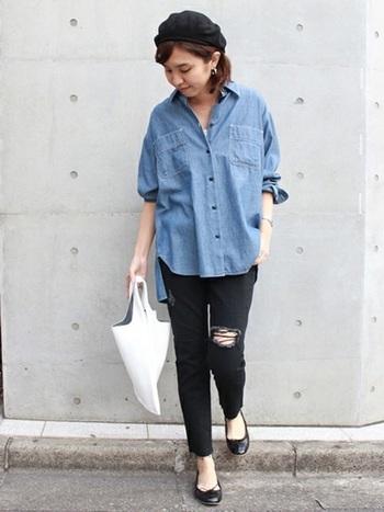細身パンツには、オーバーサイズ+肩落ちシルエットのデニムシャツを合わせるのがGOOD。小物をキレイめアイテムで揃えて上品に仕上げた。