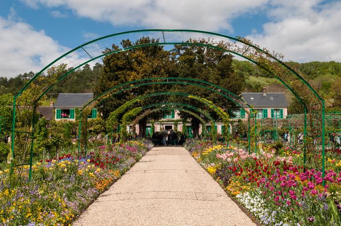 そんなモネが43歳頃から住まい、終の住処にした庭園と住居がフランスのジヴェルニーにあります。モネの作品のモチーフにも多く残る花々やモネの暮らしぶりを見られるとあって、フランスでも人気の観光地です。