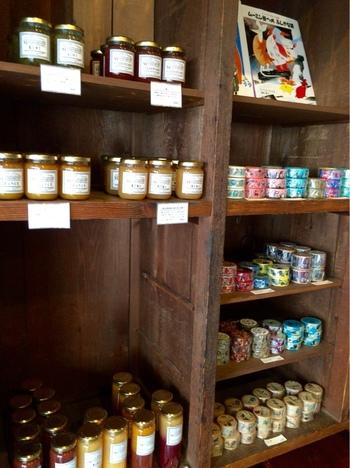【果物を使った加工品も岡山の特産物です。画像は、「三宅商店」で販売されている地元特産の桃を使ったジャムと、「倉敷意匠計画室」のマスキングテープ。お土産にもぴったり!】