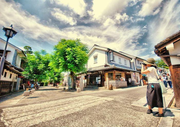 """本記事では、以下の順に「美観地区」の""""素敵な""""観光スポットやショップ、カフェやレストランを紹介します。  1.倉敷美観地区の概要 ―今と昔が、たおやかに繋がる""""素敵""""町― 2.白壁となまこ壁が続く、倉敷川沿いの""""美景"""" 3.倉敷川畔で、古えの""""素敵""""に出会いましょう。 ◆美術館・文化施設 4.町家と蔵でクラシカルな雰囲気を。 ◆川畔エリアのランチ・カフェ・スイーツ 5.老舗の和菓子店で、倉敷ならではのお土産を。 6.デニムに魅せられて。 ―倉敷デニムと児島デニム― 7.町家が連なる""""本町通り""""・東町エリアで。 わたしの""""素敵""""探し 8.フォトジェニックな""""素敵""""を探しに。 「倉敷アイビースクエア」 おわりに 旅のInformation"""