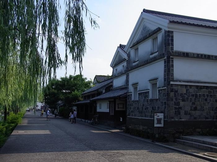 【画像の建物は「倉敷民藝館」。江戸後期に建てられた米倉を活用したものです。白壁に貼り瓦の外壁、和瓦の建築スタイルは、当地方の典型的な土蔵造りです。】