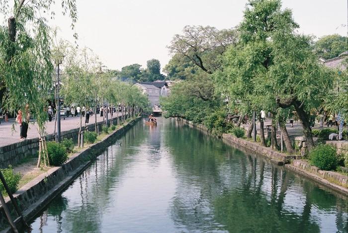 日帰りするのなら、見学する施設を絞って、ゆったりと。以下では、川畔エリアでオススメのスポットとカフェ、食事処を紹介します。