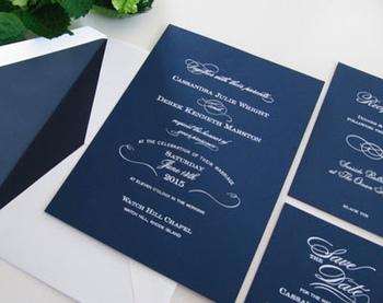 ネイビーに白の文字でシックな仕上がり。シンプルさがかっこいい招待状です。
