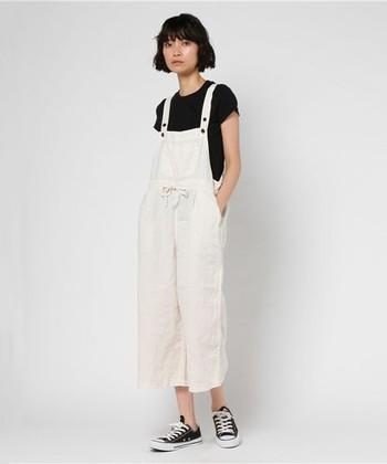 タイトな黒のクルーネックTシャツにゆったりとした白のリネンのサロペットにをと合わせて。モノトーンの色使いで上手にメリハリを効かせています。
