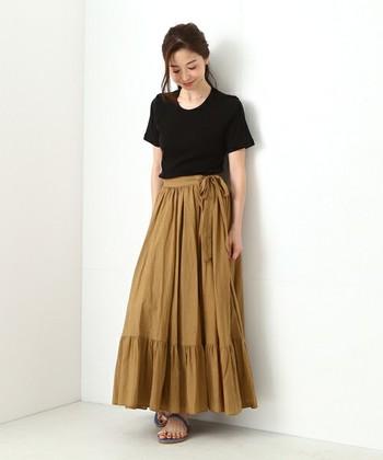 シンプルでタイトな黒Tシャツは、ボリュームのあるロングスカートもすっきりと着こなすことができます。ボリューミーなマキシ丈スカートは、足元にサンダルを合わせて軽さを出して。