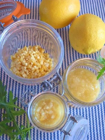 肉・魚料理やスープ、たれやドレッシングにレモンを良く使うなら「塩レモン」を作ってみませんか?ナチュラル&健康志向の方は、無農薬・ワックス不使用のレモンを使いましょう。 レモンを切って塩に漬けるという簡単な方法で、レモンの風味を生かした使いやすい調味料に早変わり!